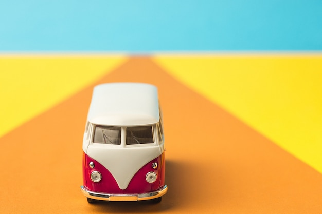 Vintage miniatuurbus in trendy kleur, reisconcept Gratis Foto