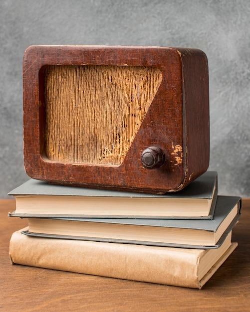 Vintage radio op boeken vooraanzicht Gratis Foto