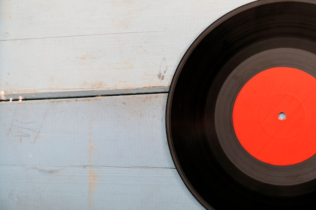 Vintage record lp, smartphone en koptelefoon op de houten achtergrond Premium Foto