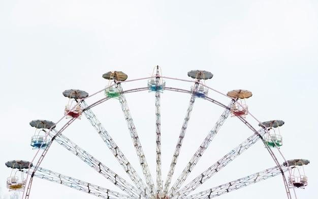 Vintage reuzenrad. oude carrousel bij circus met kopie ruimte voor tekst. Premium Foto