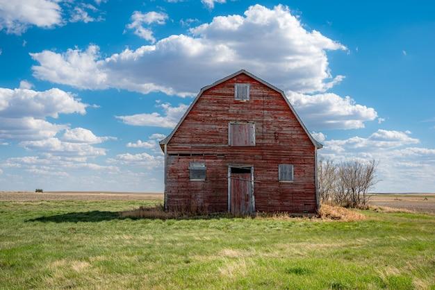 Vintage rode schuur op de prairies in de buurt van white bear, saskatchewan Premium Foto