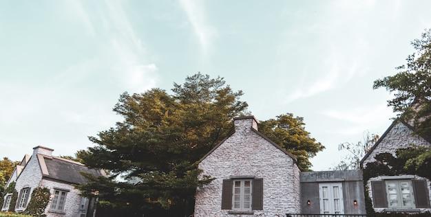 Vintage stijl huis omgeven door bomen Premium Foto