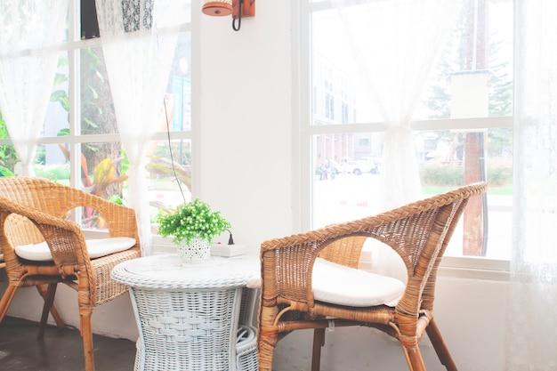Vintage stijl meubels gemaakt van rotan in café. Premium Foto