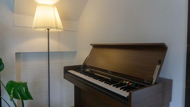 Vintage stijl piano in de conner van kamer met lamp Premium Foto