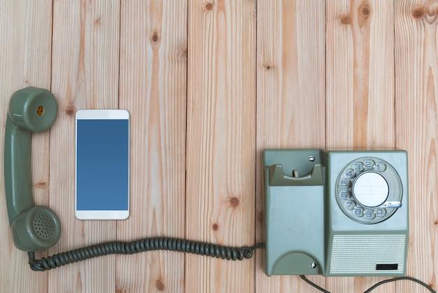 Vintage telefoon en nieuwe smartphone Premium Foto