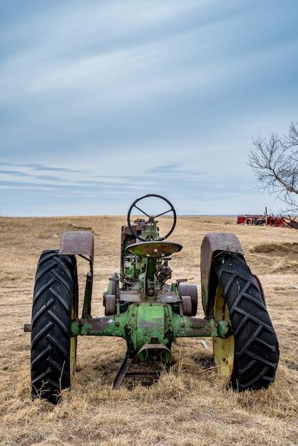 Vintage tractor verlaten in een weiland op de prairies in saskatchewan Premium Foto