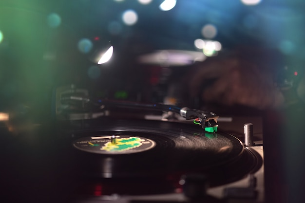 Vinylplaat in de dansclub met disc jockey Premium Foto