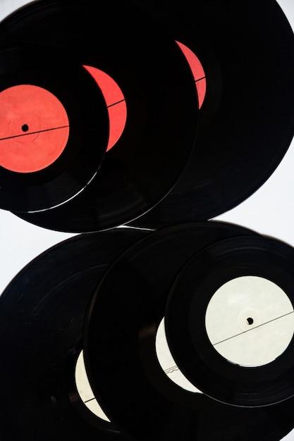 Vinylplaten van verschillende diameters op een wit Premium Foto