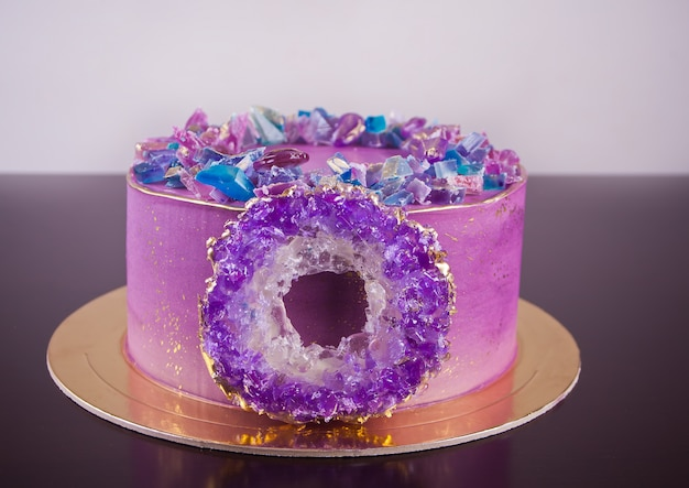 Violette cake met isomalt amethistring Premium Foto