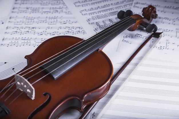 Viool op bladmuziek Gratis Foto