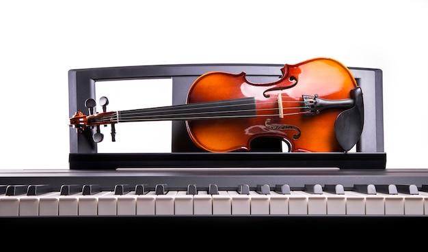 Viool op het bureau elektronische piano Premium Foto