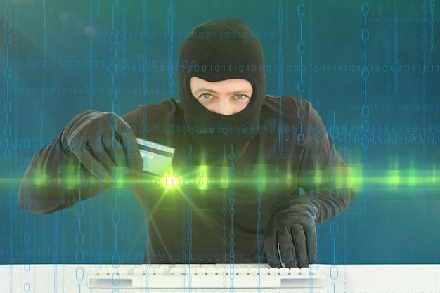 Virtual misdadiger met creditcard en toetsenbord Gratis Foto