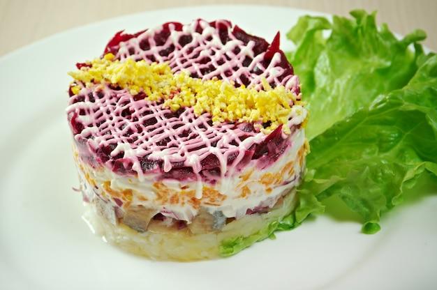 Vis en bietensalade met groente Premium Foto