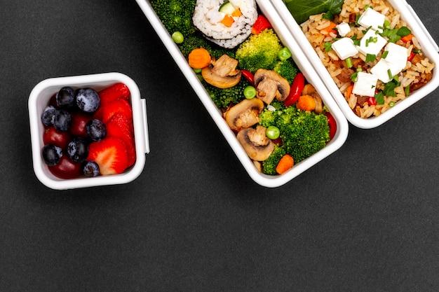 Vis, groenten en fruit boven weergave Gratis Foto