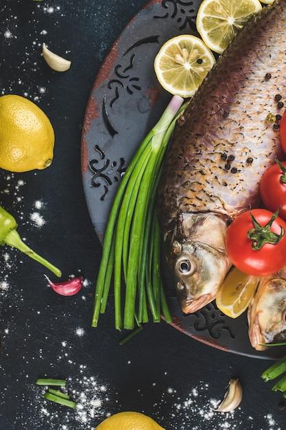 Vis met kruiden en groenten geserveerd met citroen Gratis Foto