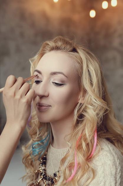 Visagist met mooie blonde vrouw Gratis Foto