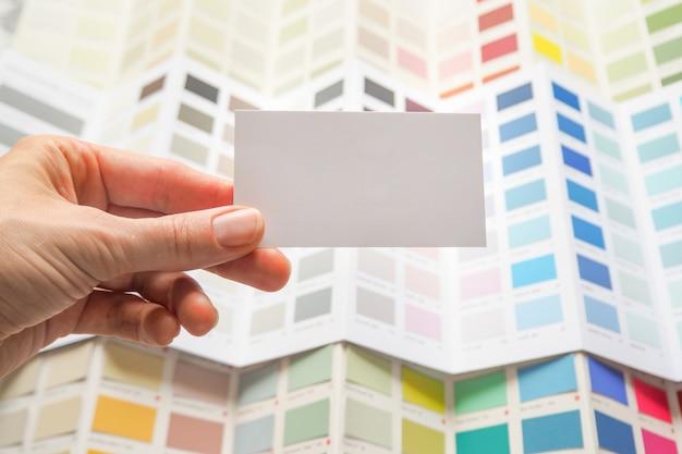 Visitekaartje en een groot palet van kleuren. kies een kleur uit een breed scala aan verflakken. Premium Foto