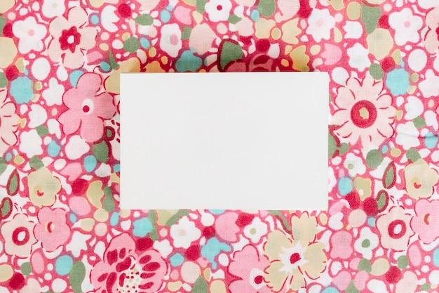 Visitekaartje op mooie bloemen achtergrond voor mock up Gratis Foto