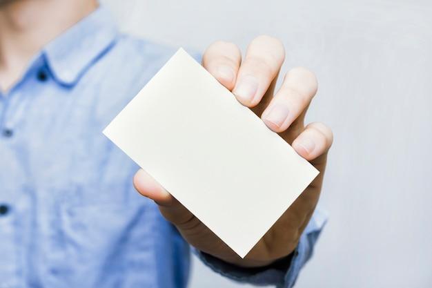 Visitekaartje prototype gehouden door de hand van zakenman casual stijl Premium Foto
