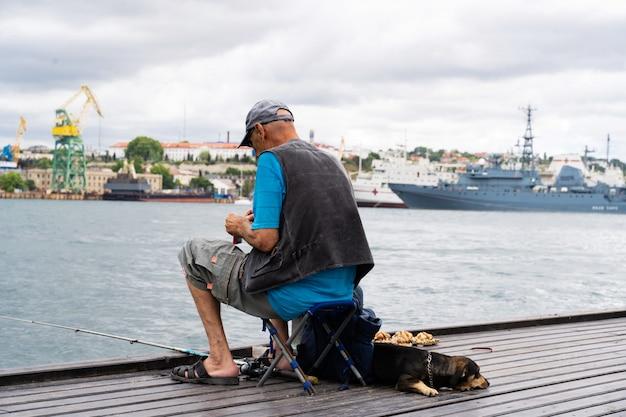 Visser vissen in de baai Premium Foto