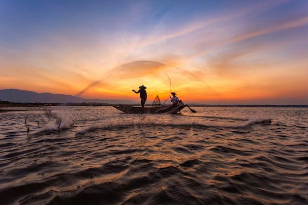 Vissers in een boot op het meer Premium Foto