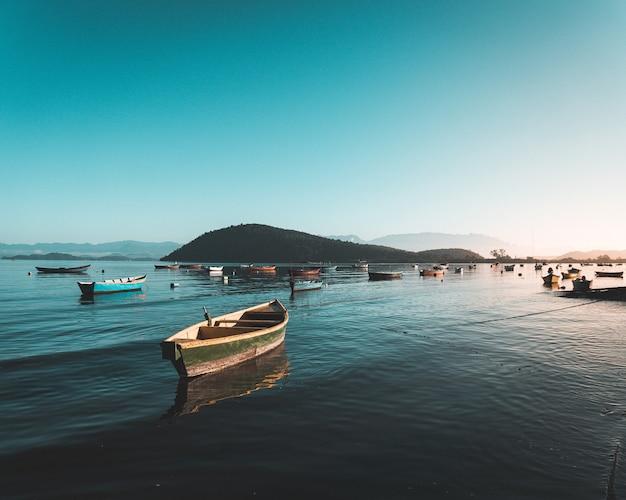 Vissersboten op het water in de zee met mooie heldere blauwe hemel Gratis Foto