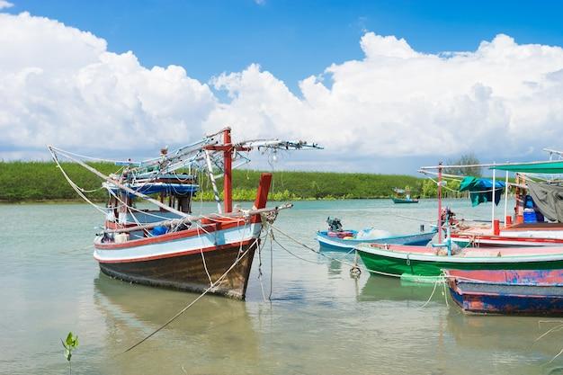 Vissersboten uit de provincie prachuap van thailand Premium Foto