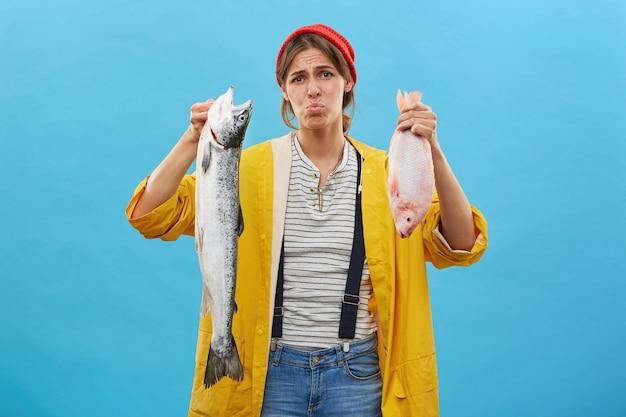 Vissersvrouw terloops gekleed uit visreis Gratis Foto
