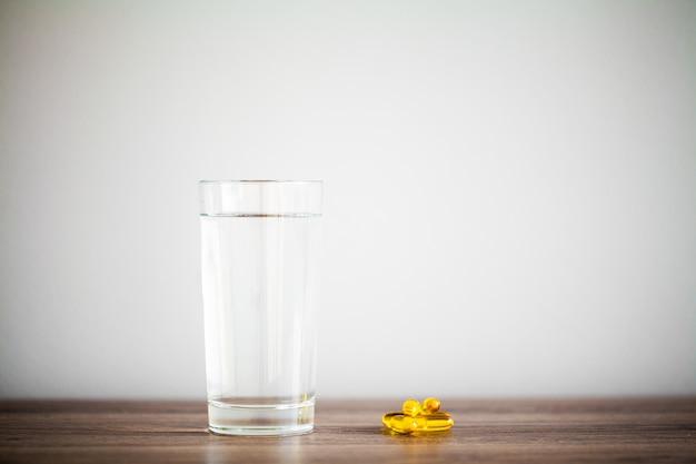 Vitaminesupplementen, visolie in gele capsules omega 3. Premium Foto