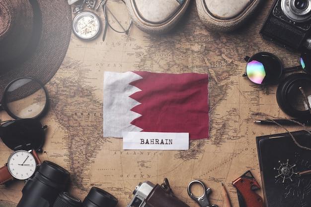 Vlag van bahrein tussen traveler's accessoires op oude vintage kaart. overhead schot Premium Foto