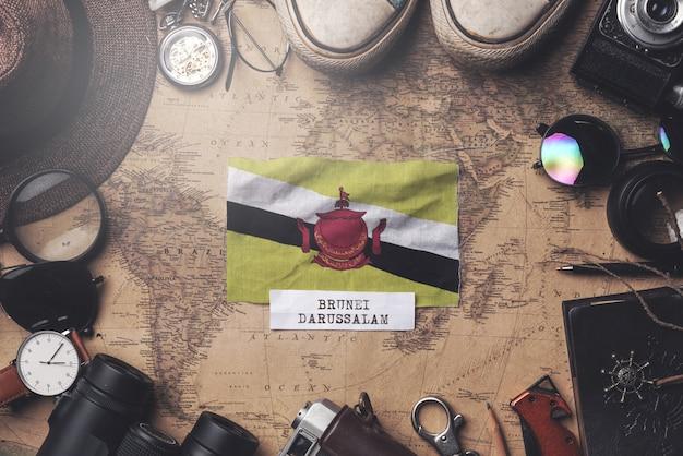 Vlag van brunei tussen de accessoires van de reiziger op oude vintage kaart. overhead schot Premium Foto
