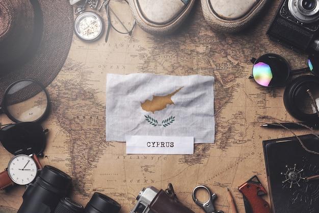 Vlag van cyprus tussen de accessoires van de reiziger op oude vintage kaart. overhead schot Premium Foto
