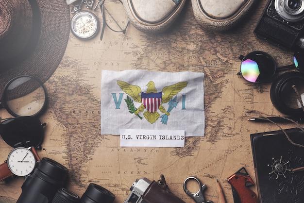 Vlag van de amerikaanse maagdeneilanden tussen de accessoires van de reiziger op oude vintage kaart. overhead schot Premium Foto