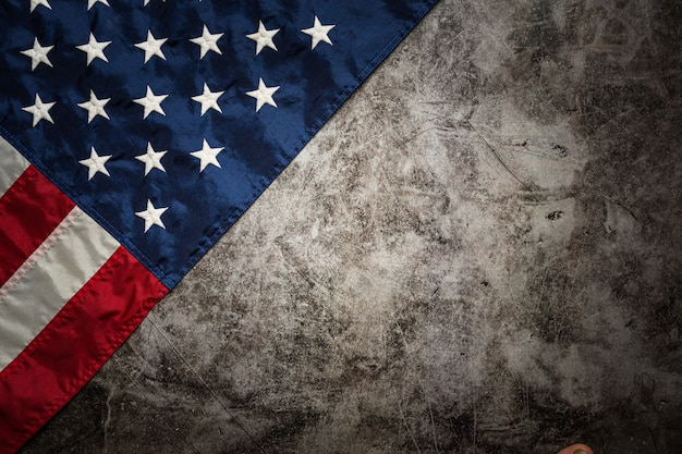 Vlag van de verenigde staten op zwarte achtergrond. Gratis Foto