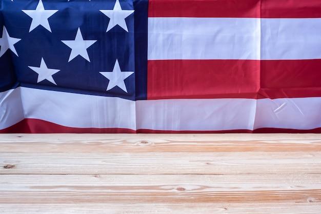 Vlag van de verenigde staten van amerika met houten tafel Premium Foto