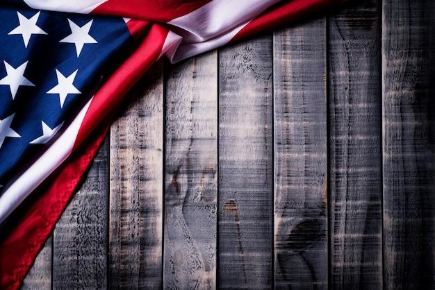 Vlag van de verenigde staten van amerika op houten achtergrond. independence day, memorial. Premium Foto