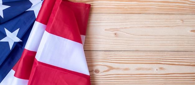 Vlag van de verenigde staten van amerika op houten achtergrond. Premium Foto