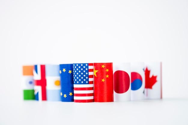 Vlag van de vs en china met internationale vlaggen. het is een symbool voor oorlogshandel in de tariefhandel Premium Foto
