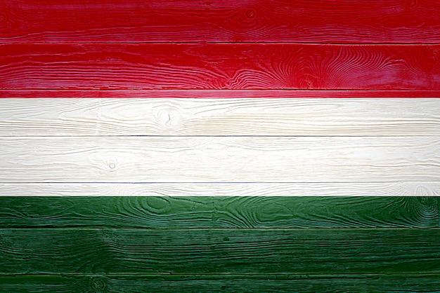 Vlag van hongarije geschilderd op oude houten plank achtergrond Premium Foto