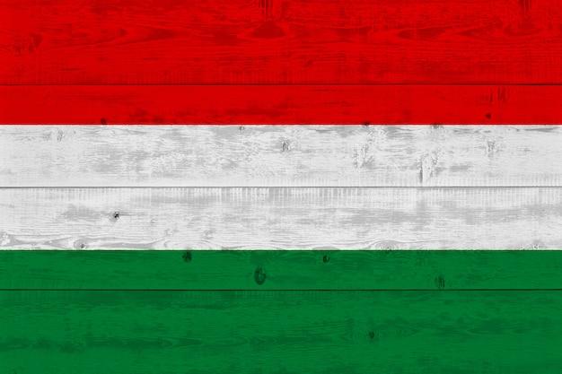 Vlag van hongarije geschilderd op oude houten plank Premium Foto