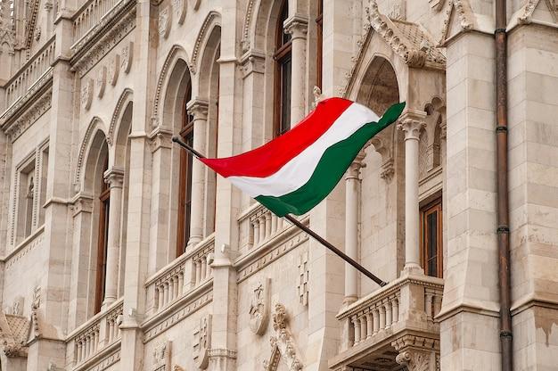 Vlag van hongarije op het parlementsgebouw in boedapest Premium Foto
