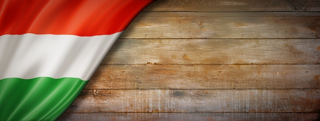 Vlag van hongarije op vintage houten muur Premium Foto