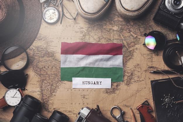 Vlag van hongarije tussen traveler's accessoires op oude vintage kaart. overhead schot Premium Foto