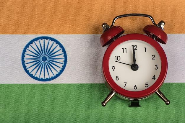 Vlag van india en de oude wekker Premium Foto