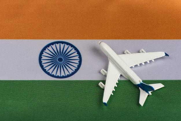 Vlag van india en modelvliegtuig. Premium Foto