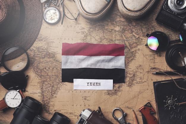 Vlag van jemen tussen traveler's accessoires op oude vintage kaart. overhead schot Premium Foto