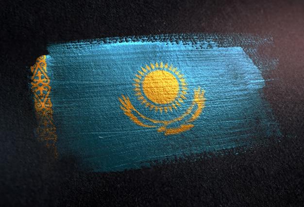 Vlag van kazachstan gemaakt van metalen borstel verf op grunge donkere muur Premium Foto