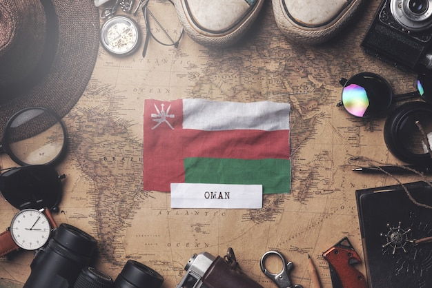 Vlag van oman tussen traveler's accessoires op oude vintage kaart. overhead schot Premium Foto