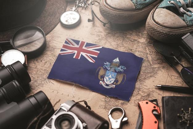 Vlag van tristan da cunha tussen accessoires van de reiziger op oude vintage kaart. toeristische bestemming concept. Premium Foto