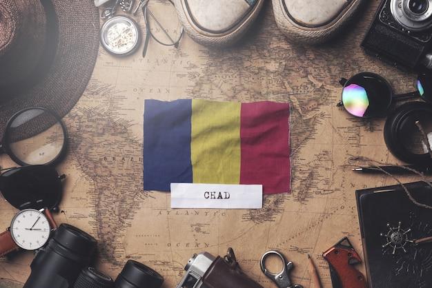 Vlag van tsjaad tussen accessoires van de reiziger op oude vintage kaart. overhead schot Premium Foto